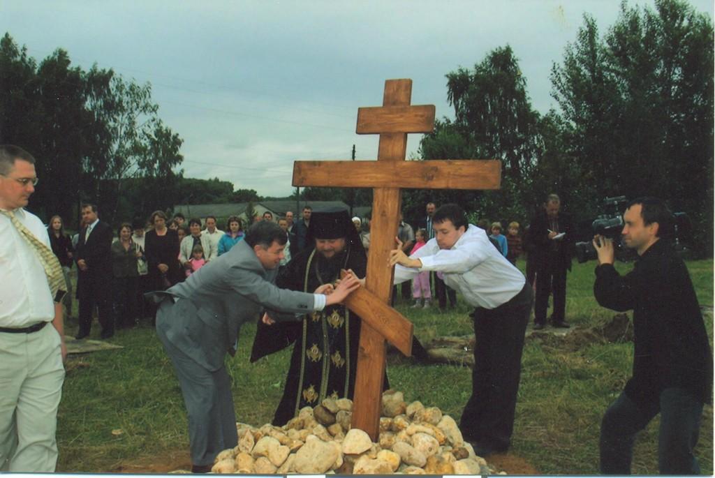 Установление креста на месте строительства Храма