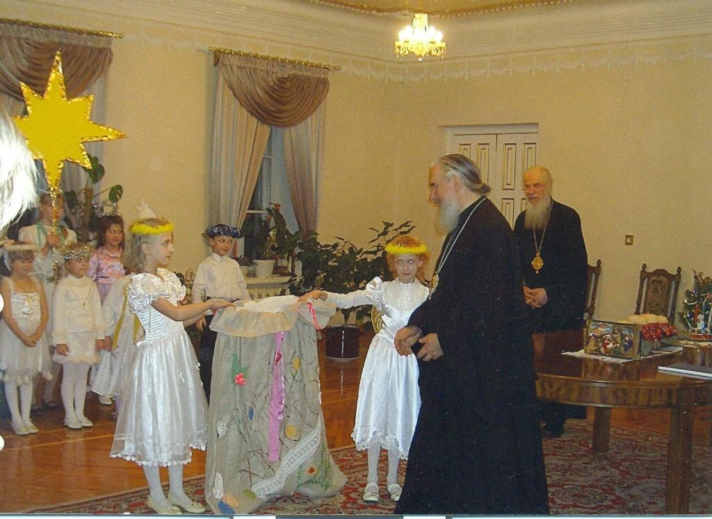 Владыка Климент поздравляет детей. 08.01.2011г.