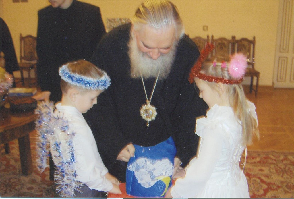 Владыка Климент одаривает детей гостинцами. 08.01.2011г.